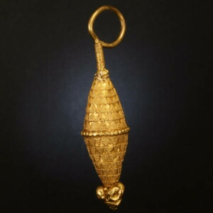Ancient yellow gold granulated ear-ring