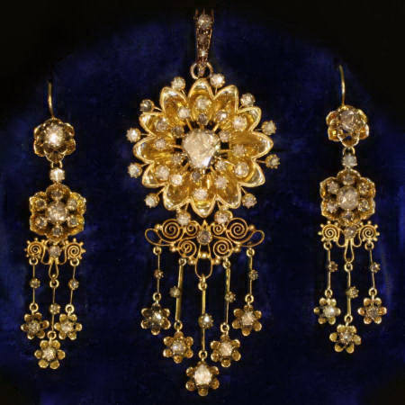 Gold Victorian rose cut diamonds parure (brooch-pendant and chandelier earrings)