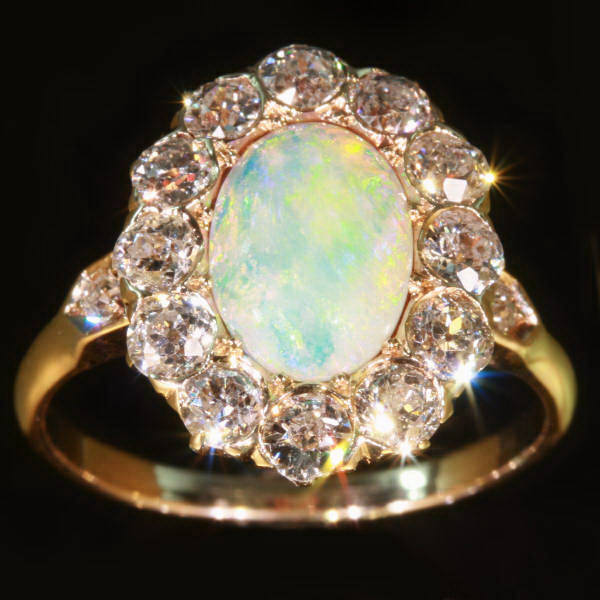 Victorian engagement ring with brilliant cut diamonds and opal Afbeeldingen