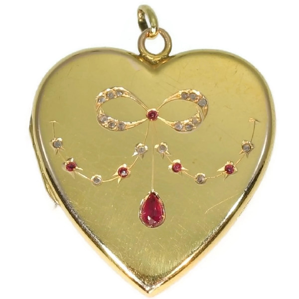 Antique heart shaped locket 18kt yellow gold