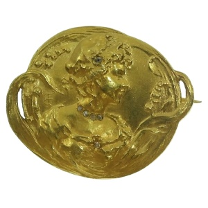 Early Art Nouveau gold brooch depicting love in springtime
