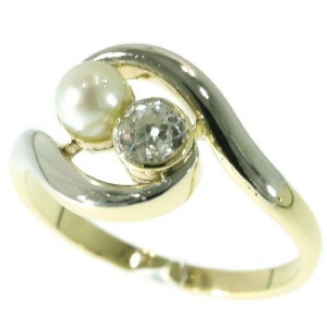 Vintage engagment ring toi et moi model with old mine cut brilliant and pearl