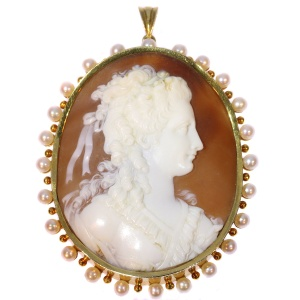 Large Vintage high quality carving cameo in gold mounting embelished with pearls