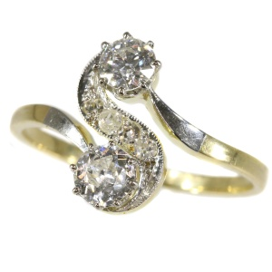 "Elegant Art Deco diamond engament ring with ""toi et moi"" design"