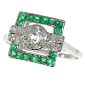 Strong yet sober design Art Deco ring with diamonds and emeralds