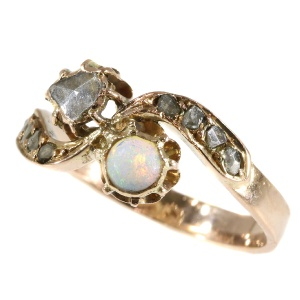 Late-Victorian opal and diamond gold ring (ca. 1900)