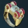 oude sieraden en antieke juwelen van Adin Antwerpen: Indrukwekkende Retro ring met grote oud briljant geslepen diamant en carre robijnen