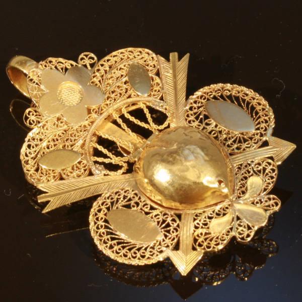 Late 18th Century Georgian arrow pierced heart locket pendant in gold filigree
