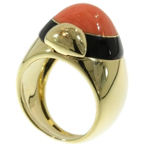 Vintage ring with onyx and coral