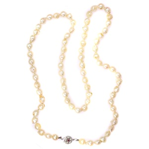 Single strand pearl necklace with ruby gold clasp from the fifties