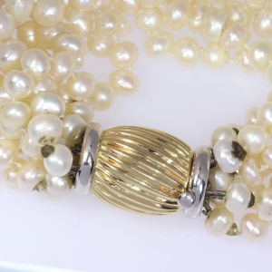 Seventies 8-string pearl necklace with a gold closure