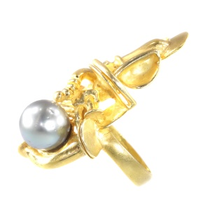 Artist jewellery gold ring by Demaret with large grey salt water pearl