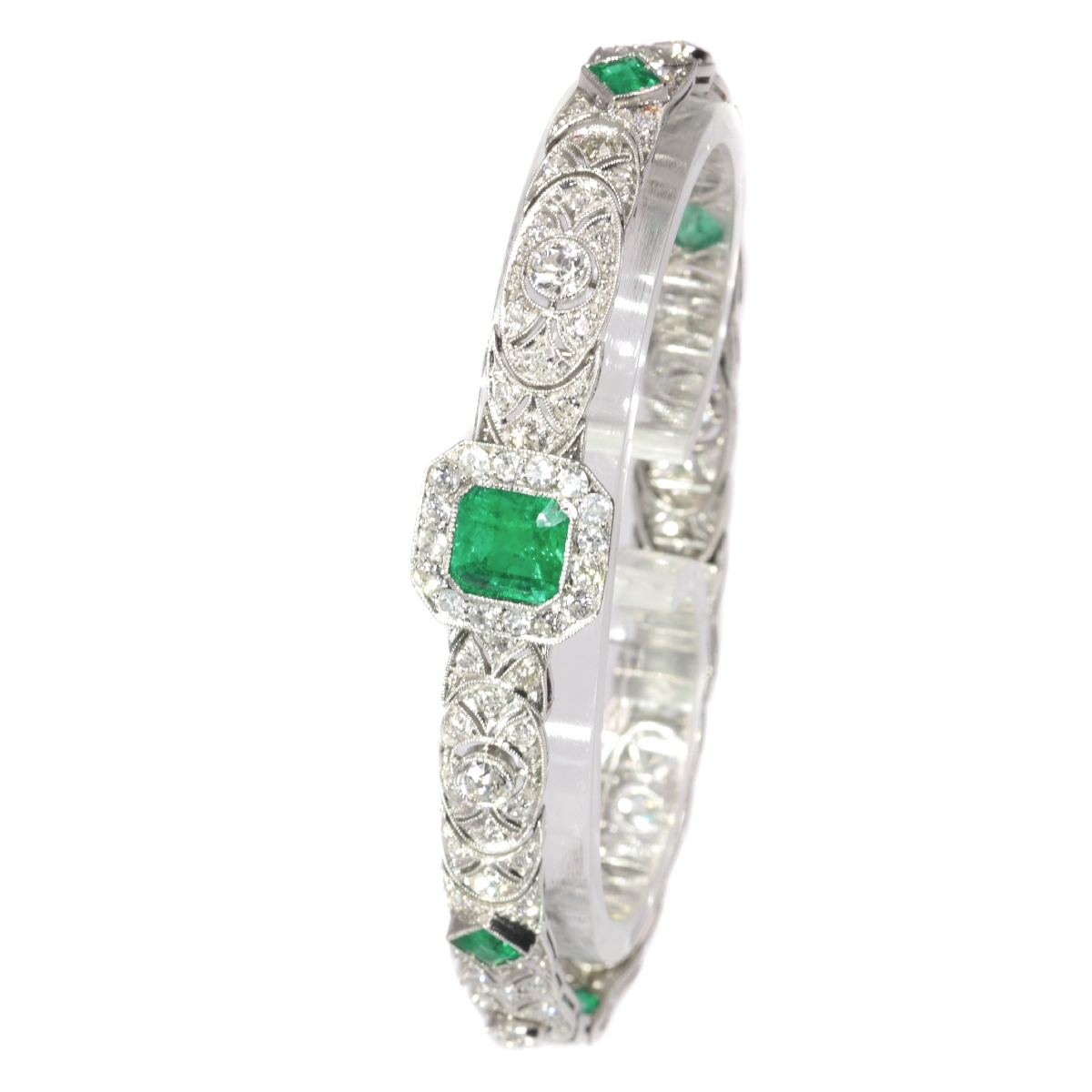 High quality platinum Art Deco bracelet with 140 diamonds and top emeralds